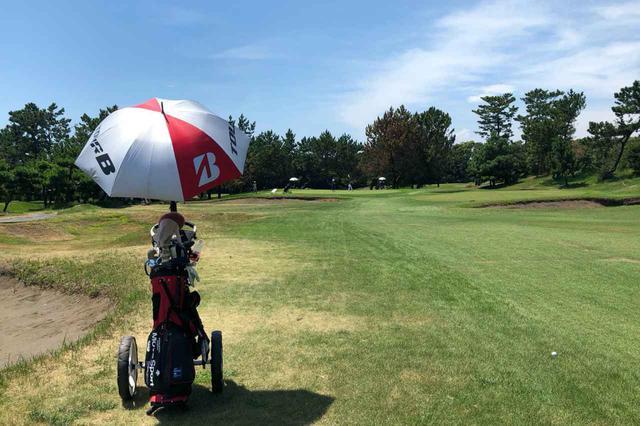 画像: 夏ゴルフで必需品となるのが日射や紫外線を防いでくれるゴルフ用の日傘。