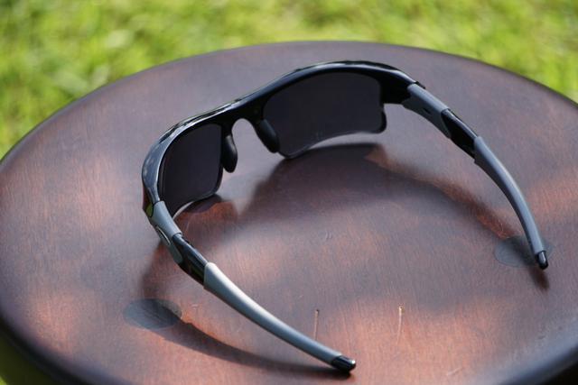 画像: 顔面に沿うような形で丸みを帯びたスポーツサングラス特有のフレームデザイン。隙間をなくすことで瞳に直接光が入ることを防いでいる。また、砂埃などの異物からもプロテクトしてくれる