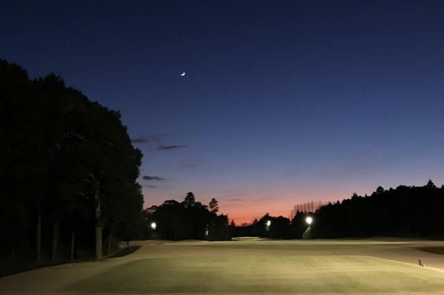 画像: 時間帯によっては夕焼けも見られて、いつもとは違うゴルフを楽しめるかも……