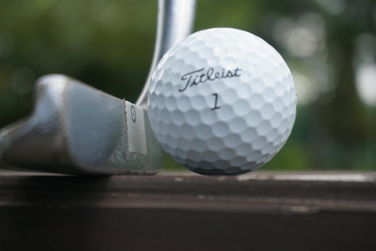画像: 画像B:トミーアーマーIMG5のフェース面上の重心とボール赤道との関係。実際、ややダウンブローに、ロフトが立って当たるためフェースのセンターよりも上でヒットしやすいのが、L字パターの特徴だ
