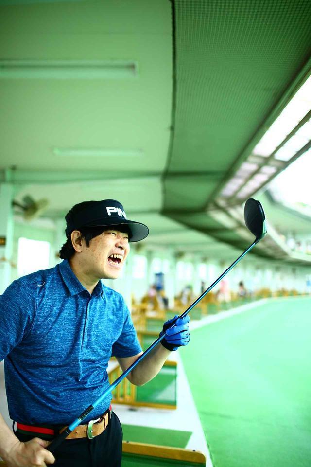 画像: *蛍原徹さん着用ポロシャツは、PINGの「Rhys-J Polo Deep Sea Blue」。左袖に入った円形の「アイマーク」が特徴。価格/9000円+税