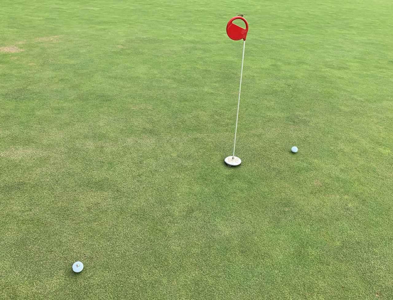 画像: カラーの芝に食われた球は左のようにショート気味でしたが、ロフトをつけて打った球はしっかりと届きました
