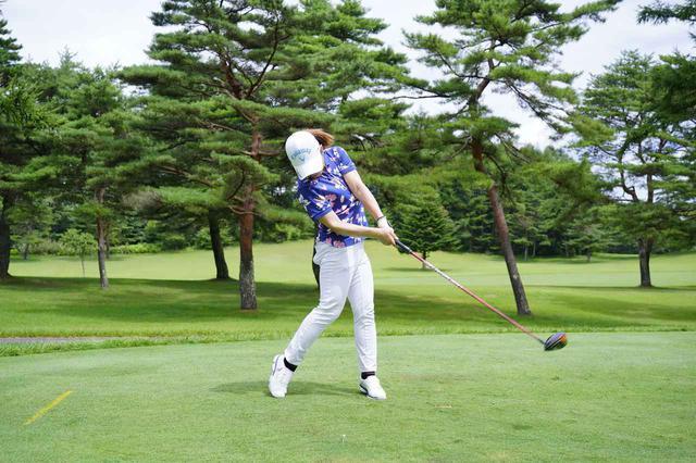 画像: 画像C:ダウンの早い段階でフェースをボールに向け、手首をこねずに体の回転で振り抜く(写真は2020年NEC軽井沢72トーナメント 写真/代表撮影 岡沢裕行)