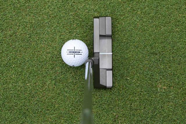 画像: スリクソン「トライスター」はターゲットに真っすぐ構えるだけでなく、線が縦にも描かれていることでフェース面をスクェアに構えやすいように工夫されている