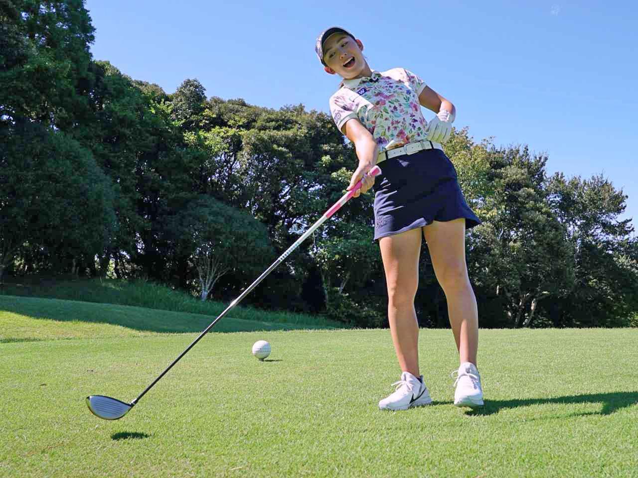 画像: 右ひじのポジションを正しいポジションに保とうとすると、体の軸は飛球線後方に倒れがちだと江澤。軸が倒れてしまうと、右ひじに気を付けていてもスライス球が出てしまうので要注意だ