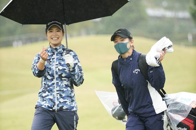 画像: 大西葵(左)のキャディを務める藤田光里(右)(写真は富士通レディース2020 写真/大澤進二)