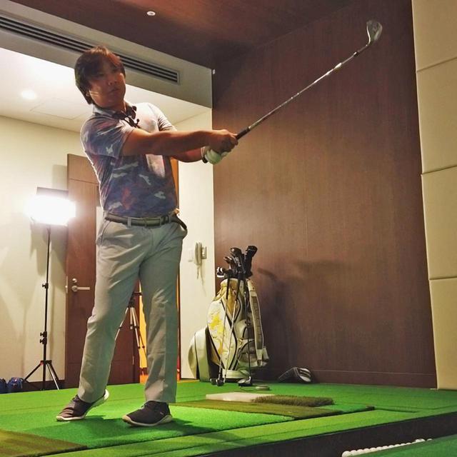 画像: 教わったピッチ&ランを実践する里崎。フォロースルーの形も腕とシャフトが一直線になっている