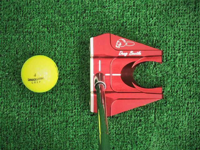 画像: ヘッド後方の溝とΩ型の突起によって、かがまずにボールを拾い上げる機能とアライメント機能を両立