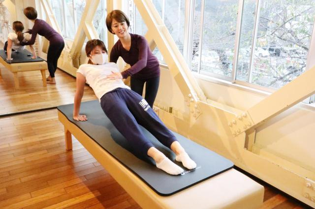 画像: 三頭筋を鍛え、股関節周りの柔軟性を高めるエクササイズ。想像以上にハードで、S子は足の裏が攣(つ)ってしまった……