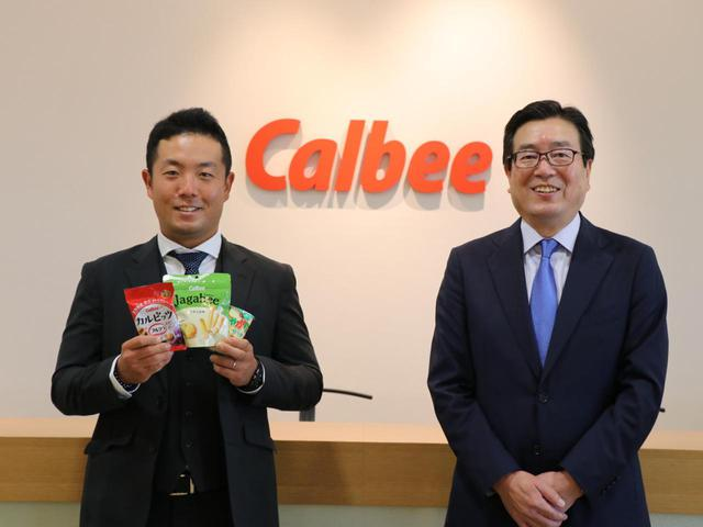 画像: 「日本オープン」優勝を、カルビー株式会社代表取締役社長兼CEO、伊藤秀二氏(右)に報告した稲森佑貴(左)
