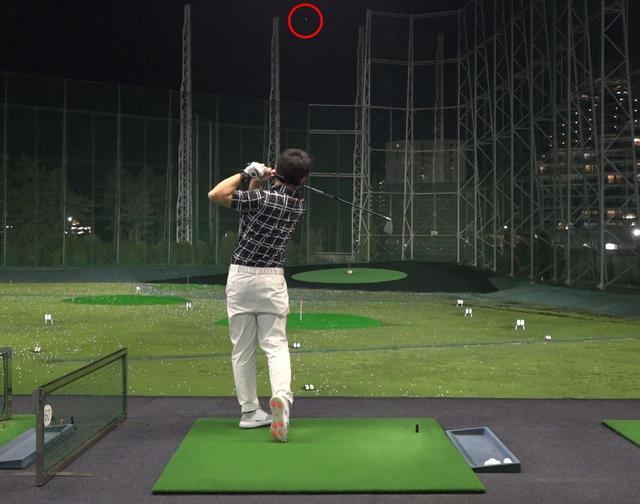 画像: レンジボールでの試打ながら、打ち出しがかなり高く写真の赤丸で示した地点までボールが上がっていた