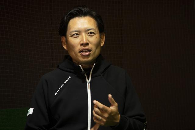 画像: インタビューを受ける青木翔コーチ。