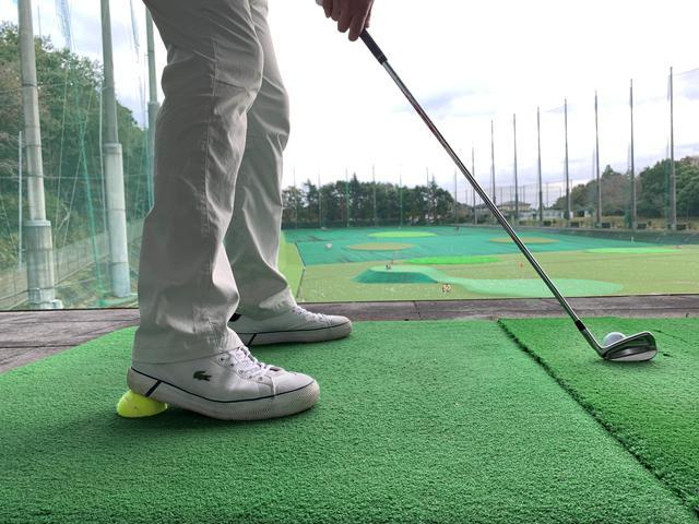 画像: テニスボールを半分に切った練習器具で効率よく地面反力を使う