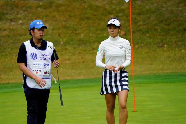 画像: 国内女子ツアー「エリエールレディス」2日目終了時点でトータル3アンダー8位タイに位置する松田鈴英(右)と、そのキャディを務める黒宮幹仁コーチ(左)