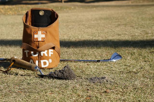 画像: 飛んでいったターフを元に戻しても再生することは稀。確実なのはディボット穴をすぐに砂で満たし、穴の周囲の茎の断面を保護すること。そうすれば自然に茎が伸び再生される