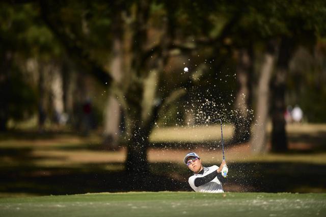 画像: 距離が長くバンカーも深いサプレスクリークコースで練習ラウンドをする畑岡奈紗(写真/USGA/Robert Beck)