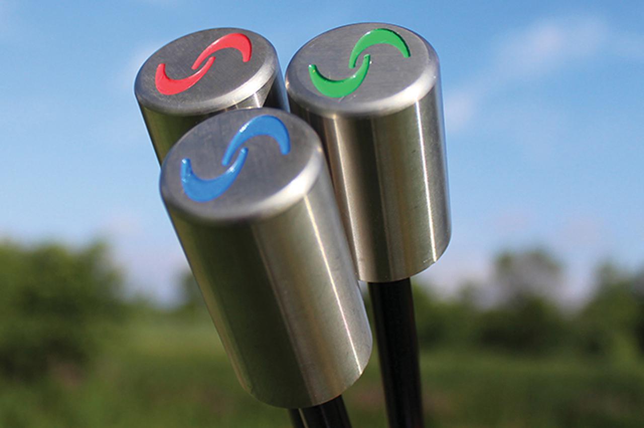 画像: 異なる重量のウェートが先端部に付いている素振り器具「スーパースピードゴルフ」
