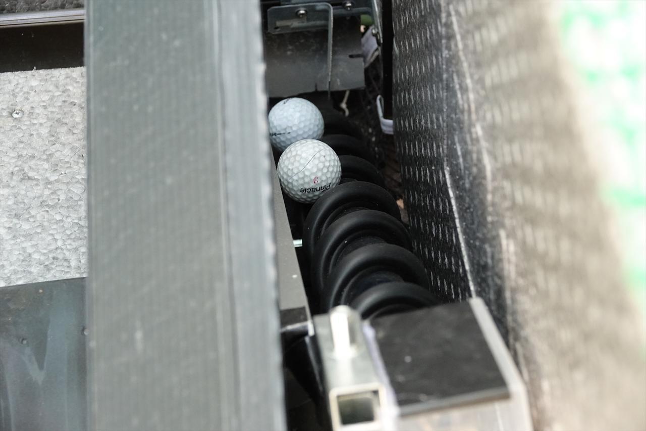 画像: ネットに当たって回収されたボールは電気モーターで拾い上げられ雨どいを伝って打った場所に戻ってくるように無限に練習できるようになっている