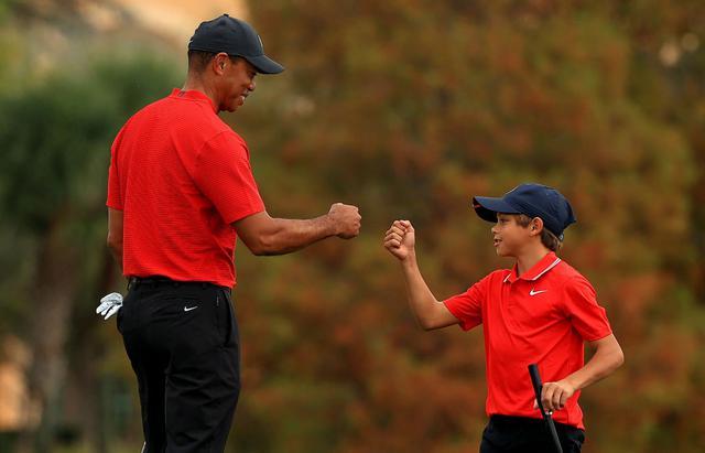 """画像: 息子のスーパープレーにタイガーもメロメロ。""""ふたりのウッズ""""のゴルフの流儀 - みんなのゴルフダイジェスト"""
