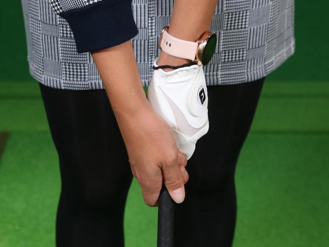 画像: 右手の生命線が左手の親指に沿うように包み込むよう握ったら、右手のグリップも完成。これがゴルフのグリップの基本形だ