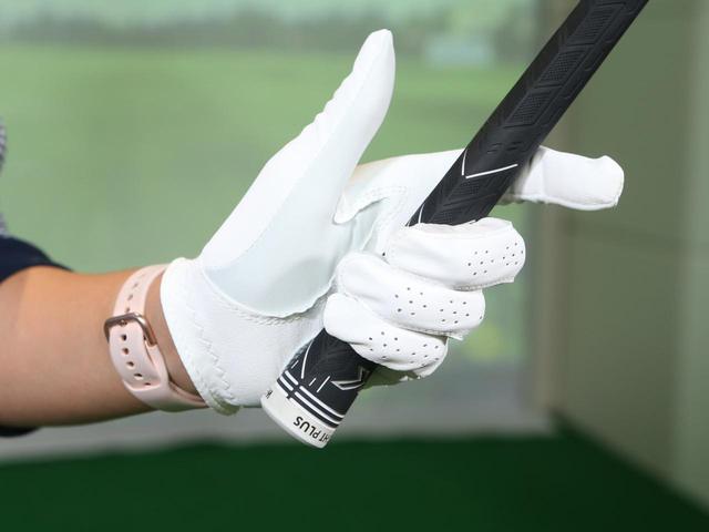 画像: 握る強さは小指・薬指・中指の3本だけでクラブを支えることができるくらいが理想。人差し指は添える程度で良い