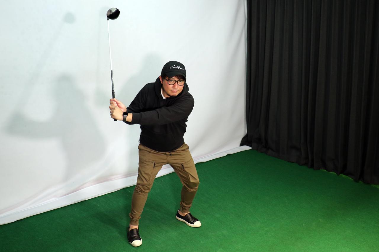 画像: バックスウィングは右股関節を斜め上後方に引き上げる動作が正しいと吉田。切り返しは左足のつま先方向に踏み込むのが正解