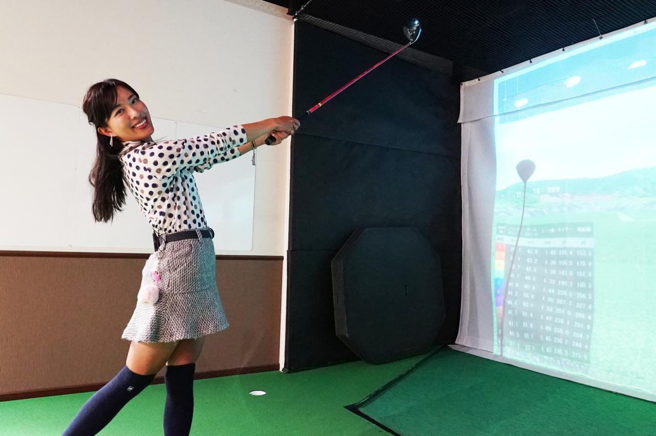 画像: 左腕の動きに気をつけると飛距離が伸びると小澤。どう動くのが正解?