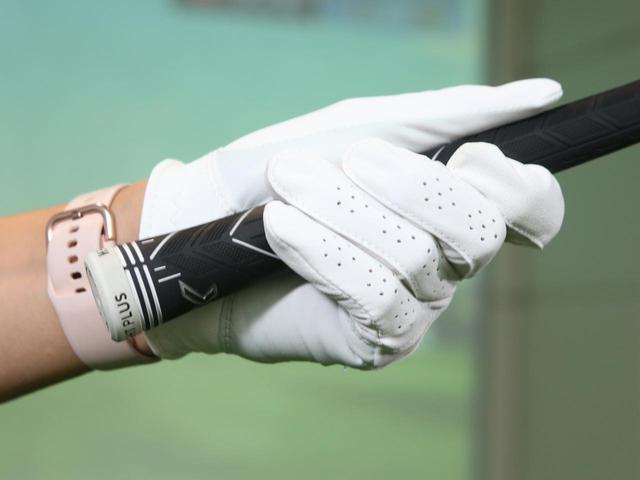 画像: 手のひらを中心に握るとグリップと指の付け根の間に隙間ができ、小指・薬指・中指の3本でクラブを支えられない形に。すると親指に力を入れなければならず、スウィング中にクラブを走らせづらくなってしまう