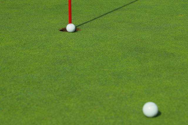 画像: 同伴者のボールに当たって転がる方向が変わり、カップイン。これって認められる?