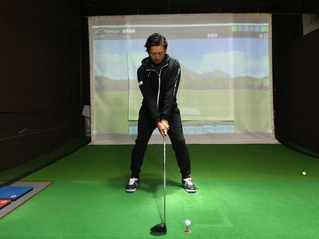 画像: ボールではなく体の中心線の延長線上にヘッドを合わせることで、左足体重にならず右肩が前に出ることの防げると青木コーチ
