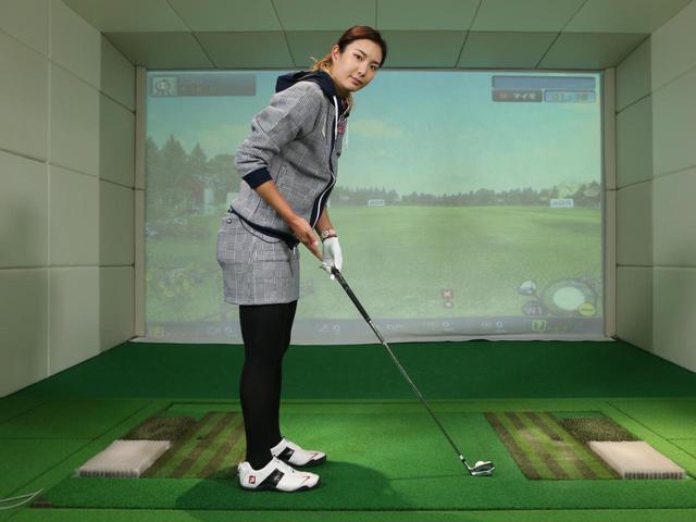 画像: ボールに対しヘッドを正しく置いたら、それに合わせて体の姿勢を作っていこう。後方から見たときのシャフトの角度をキープする意識を持つと、アドレスを作る途中でヘッドの位置がズレることを防げる