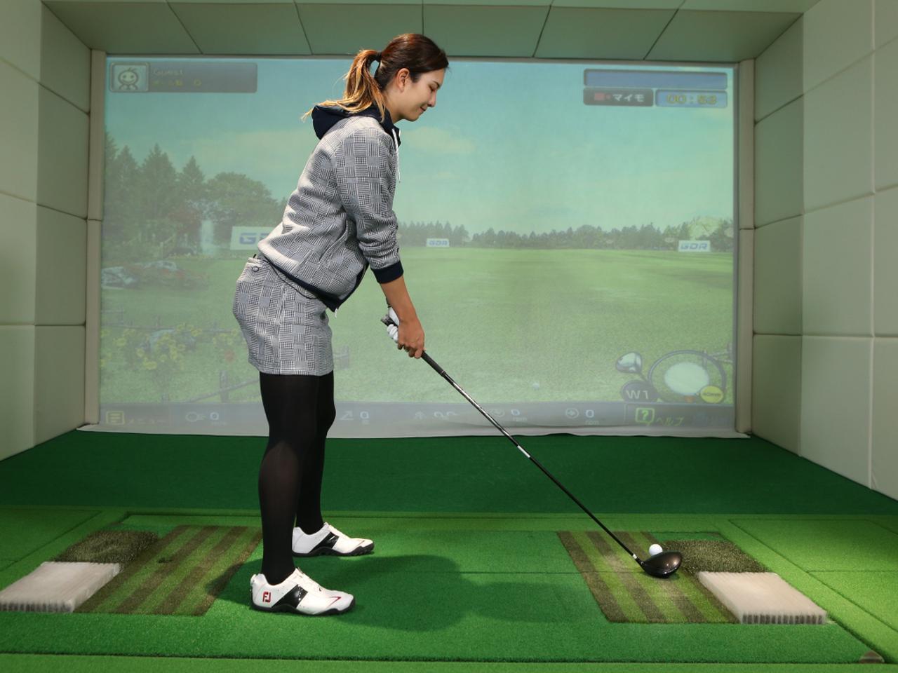 画像: クラブを正しく置いた状態で、左腕は左肩から地面に対し垂直に下りた位置でグリップし、かつ体とゴルフグリップの間に拳1.5~2個ぶん程度の隙間を空ける。重心は両足の母指球辺りに乗せよう