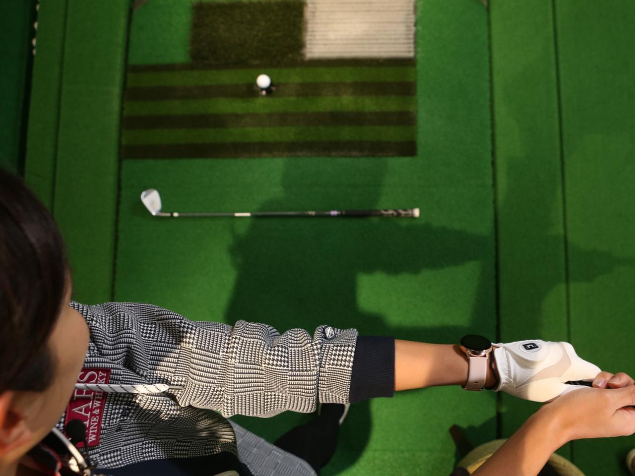 画像: バックスウィングの際に、左腕が地面に置いたクラブと平行になるよう上げられているかをチェックしよう