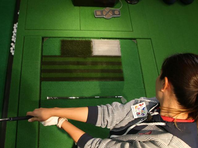 画像: フォロースルーで、地面に置いたクラブと右腕が平行になるよう振り抜くことを意識しよう