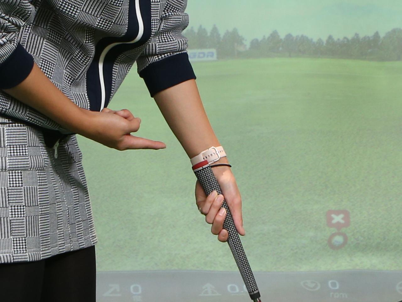 画像: パターは指ではなく手のひらで握るのが正解。左手は、手首の中心にパターグリップが位置するように握ろう