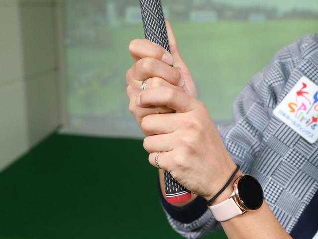 画像: 逆オーバラッピンググリップでは、右手小指と左手中指をくっつけるように握り、左手人差し指は小指と薬指の間に乗せよう