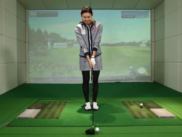 画像: 立ち位置を決める際に基準とするのはボールではなくクラブ。フェース面の延長線上に自分の体の中心部分が来るように両足を揃えて立ってみよう
