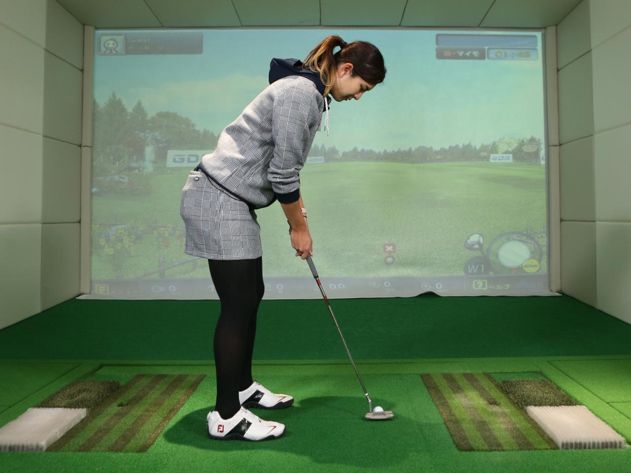 画像: ボールは目の真下に置こう。ボールやパターヘッドを真上から見ることで、直線的な動きがイメージしやすいという