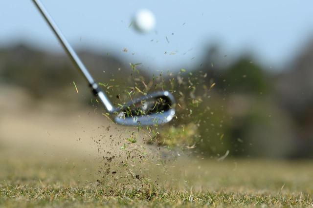 画像: 冬のゴルフでは飛距離が落ちるため1、2番手上のクラブを選ぼう(撮影/渡部義一)