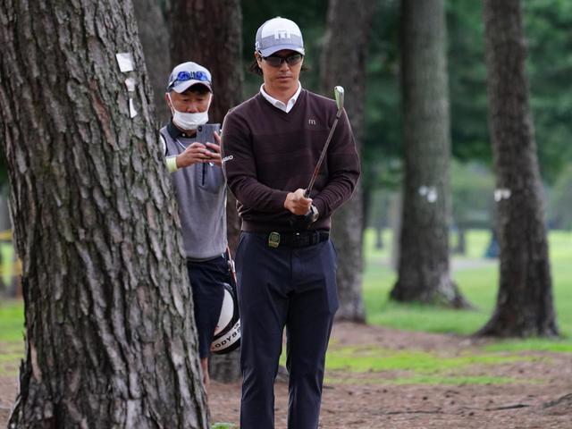 画像: ティショットが林の中に入った場合も想定して練習ラウンドに取り組んでいたという(写真は2020年の日本オープン 撮影/姉崎正)