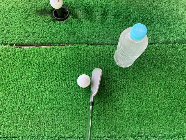 画像: 画像A:ペットボトルをボールの右斜め上に置き、アウトサイドインのカット軌道からストレートに近い軌道に修正する