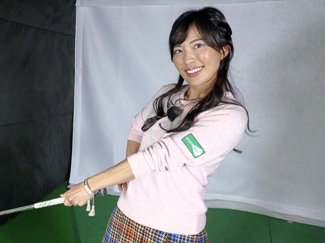 画像: 腰・胸を回転させるのは「左腕の二の腕が左胸に付いたタイミングから」だと小澤