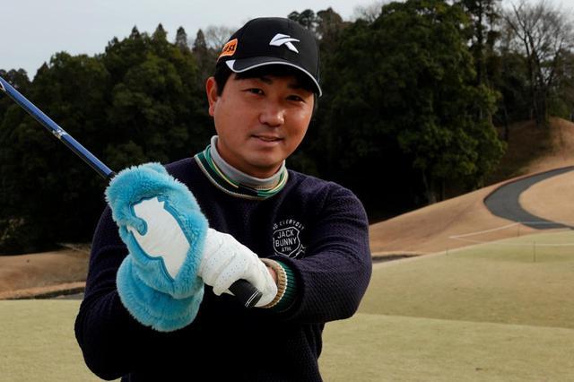 画像: まずはミトンなどで手を冷やさないようにすること。すぐにできる冬ゴルフの工夫だと岩男はいう