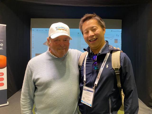 画像: 全米トップのインストラクターとしてゴルフ殿堂入りも果たすマイク・アダムス(左)と堀口宜篤(右)