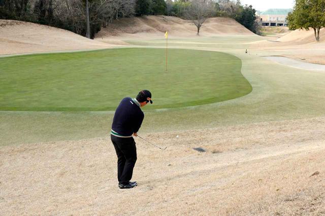 画像: 冬場の硬いグリーンで跳ねたボールが奥の傾斜で止まったら? そこからは転がし寄せるのが得策だ