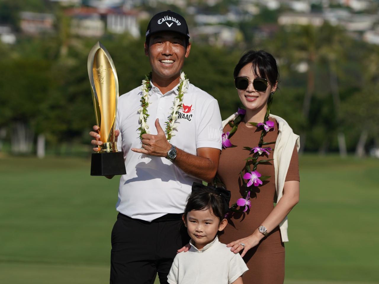 画像: ソニーオープンinハワイを制したケビン・ナ。妻、娘と勝利を喜びあった(写真/増田高寛)