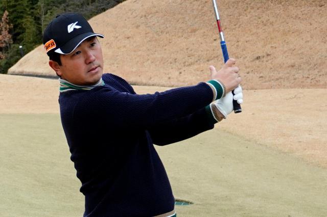 画像: プロがやっているスピンを効かせて止める打ち方をプロゴルファー・岩男健一に教えてもらった