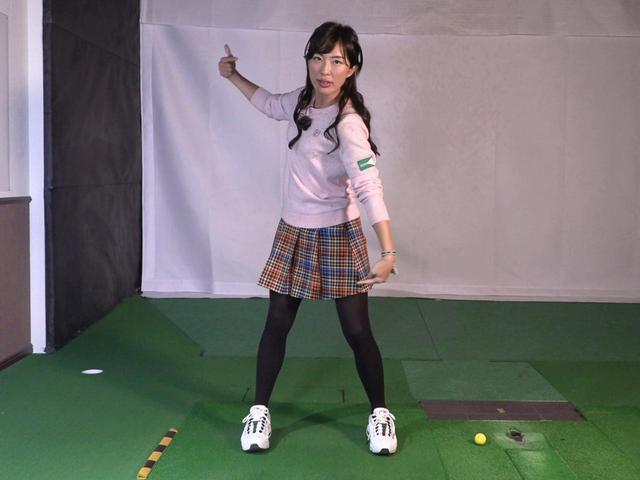 画像: 手元と左足が引っ張り合うようなイメージでクラブを上げてくださいと小澤