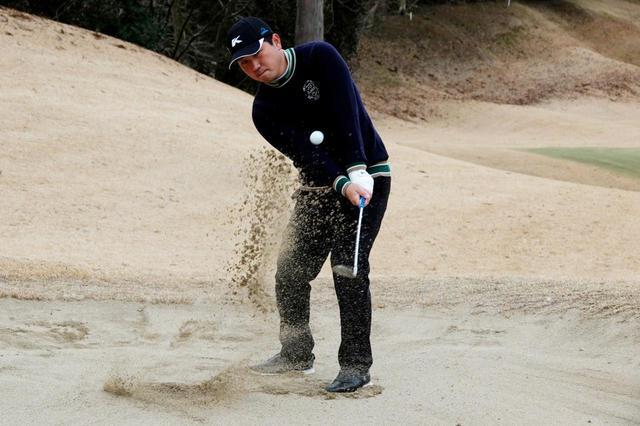 画像: 砂の薄い硬いバンカーから一回で脱出するためには? 正しい打ち方をプロゴルファー・岩男健一が伝授!