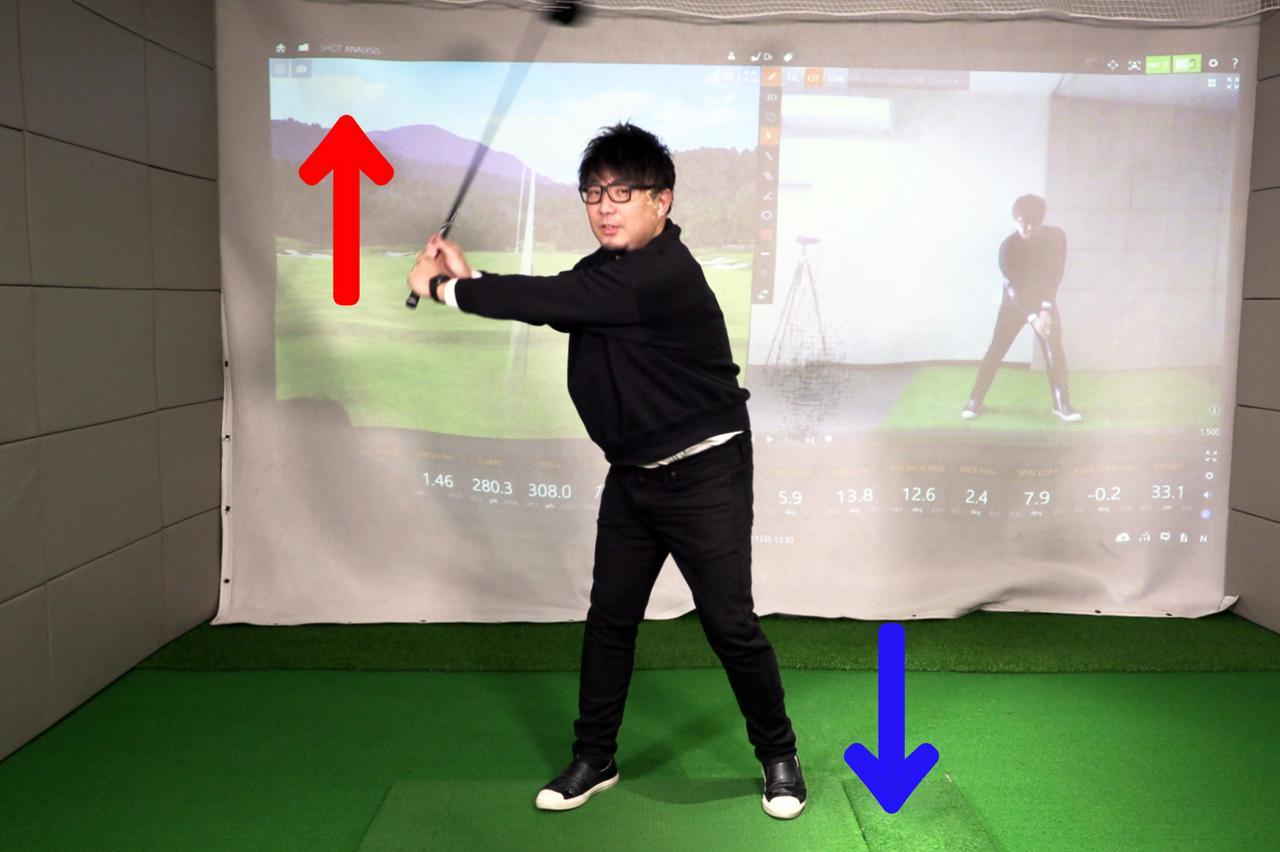 画像: トップ直前のスウィング。左足を踏み込み始めることで下半身は下方向に動き、上半身と上下の方向で引っ張り合いが起こる